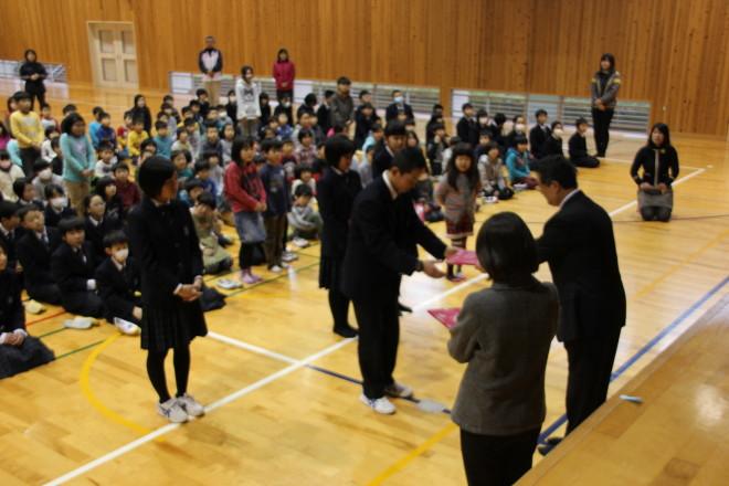 本校児童・生徒に梼原町長から副賞が贈られました。