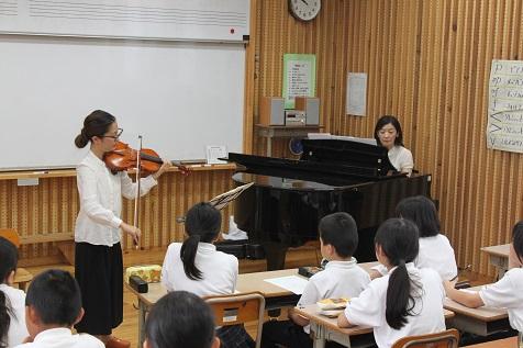 バイオリンとピアノの演奏に来てくれました!