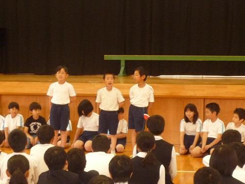 全校集会で小学校3年生外国語発表